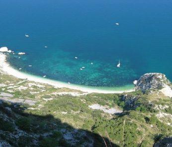 Ferragosto nelle Marche: panoramica della Spiaggia delle Due Sorelle