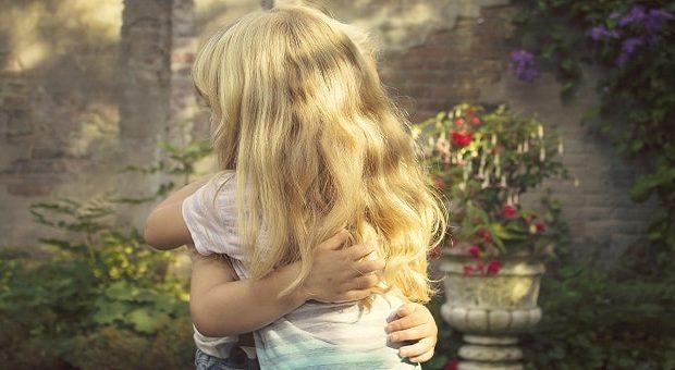 Abbracci gratis 2018: due bambini si abbracciano