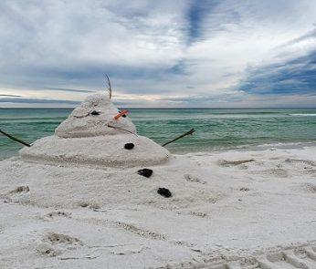 Natale al mare nelle Marche: pupazzo di neve in spiaggia