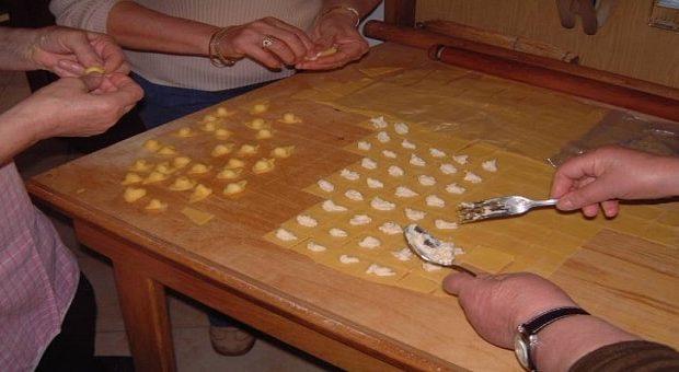 Tradizioni natalizie marchigiane: i cappelletti fatti a mano