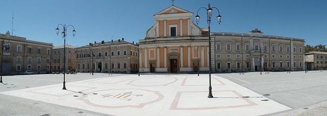 Cosa vedere a Senigallia: Piazza Garibaldi con il Duomo